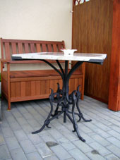 stolek-s-mramorovou-deskou.jpg